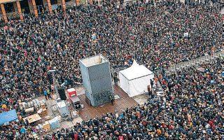 H πλατεία της 8ης Αυγούστου ήταν γεμάτη «σαρδέλες» την Κυριακή. Το όνομα προέκυψε από την έκκληση των οργανωτών για μαζική προσέλευση.