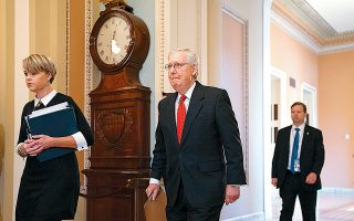 O Μιτς Μακ Κόνελ προσπερνά ένα μεγάλο εκκρεμές. Ο επικεφαλής των Ρεπουμπλικανών στη Γερουσία καταβάλλει κάθε προσπάθεια επίσπευσης των διαδικασιών.