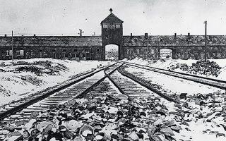 Η πρόσοψη του στρατοπέδου εξόντωσης του Αουσβιτς σε φωτογραφία τραβηγμένη ένα μήνα μετά την απελευθέρωσή του από τον Κόκκινο Στρατό. Στις 27 Ιανουαρίου συμπληρώνονται 75 χρόνια από εκείνη την ημέρα.