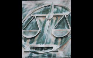 Εμβλημα της Δικαιοσύνης στη στήλη του ανωτάτου δικαστηρίου, στην πρωτεύουσα Βαρσοβία.
