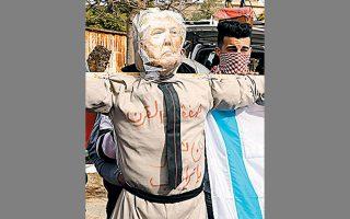 Παλαιστίνιοι διαδηλωτές ετοιμάζονται να παραδώσουν στην πυρά ομοίωμα του Ντόναλντ Τραμπ, στην Πόλη της Γάζας.