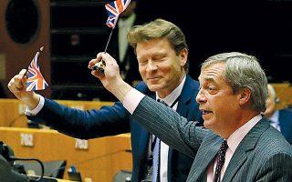 Πανευτυχής, ο ηγέτης του Κόμματος Brexit, Ν. Φάρατζ, υψώνει βρετανικό σημαιάκι προτού ψηφίσει για τελευταία φορά στο Ευρωπαϊκό Κοινοβούλιο.