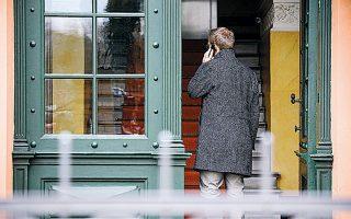 Φορολογικός εισαγγελέας μιλάει στο τηλέφωνο έξω από την είσοδο του σπιτιού του Γκάουλαντ στο Πότσνταμ.