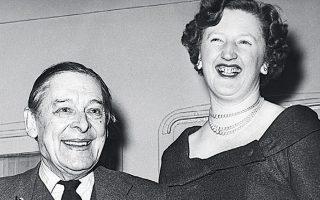 Ο Τ. Σ. Ελιοτ και η δεύτερη σύζυγός του Βάλερι, το 1960, στη Νέα Υόρκη. Αγνωστος παραμένει ο λόγος που παντρεύτηκε αυτήν και όχι τη Χέιλ.