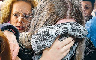 Η 19χρονη Βρετανίδα αποκρύπτει το πρόσωπό της καθώς προσέρχετα στο δικαστήριο της Αμμοχώστου στο Παραλίμνι.