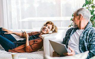 «Αν πρόκειται να ζούμε μέχρι τα 110, ορισμένες από τις σχέσεις μας ενδέχεται να διαρκέσουν περισσότερο από 80 χρόνια», οπότε ίσως να πρέπει να γίνουν ορισμένες πρακτικές αλλαγές, αναφέρει η ψυχοθεραπεύτρια Λούσι Μπέρεσφορντ.
