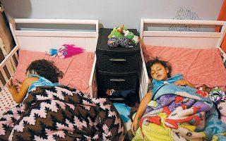 Δύο κορίτσια, ηλικίας 3 και 4 ετών, κοιμούνται κατά την πρώτη ημέρα στον παιδικό σταθμό στο Σεγκίν του Τέξας.