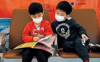 Στους ρυθμούς του νέου κοροναϊού ζει η Ασία. Ακόμα και τα παιδιά στο Χονγκ Κονγκ είναι προετοιμασμένα: η κάλυψη του προσώπου με μάσκα θεωρείται απολύτως απαραίτητο μέτρο προστασίας.