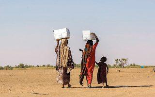 Συχνά, γυναίκες και κορίτσια, ιδιαιτέρως στα πιο φτωχά κράτη, επωμίζονται τη συγκέντρωση των ελάχιστων πόρων που έχουν απομείνει λόγω κλιματικής αλλαγής και γίνονται πιο ευάλωτες στη βία.
