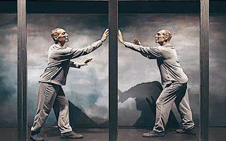 Η παράσταση που σκηνοθετεί και ερμηνεύει ο Νικόλας Βαγιονάκης παρουσιάζεται για τρίτη χρονιά.
