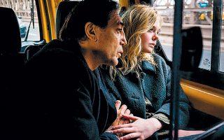 Ο Χαβιέ Μπαρδέμ και η Ελ Φάνινγκ σε στιγμιότυπο από το «The Roads Not Taken» της Βρετανίδας Σάλι Πότερ.