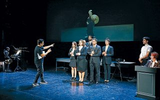 Ο σκηνοθέτης Γιωργής Τσουρής δίνει οδηγίες στους ηθοποιούς της παράστασης «Μαθήματα Πολέμου ΙΙΙ», η οποία βασίζεται στα «Ελληνικά» του Ξενοφώντος (φωτ. Νίκος Κοκκαλιάς).