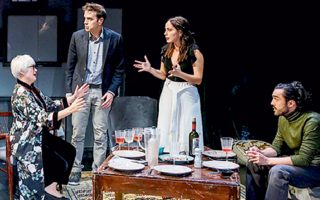 Το έργο της Νίνα Ρέιν «Φυλές» ολοκληρώνει τον κύκλο του στο θέατρο «Σταθμός».