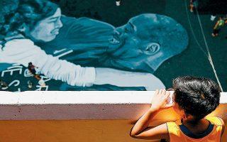 Στην απέναντι πλευρά του Ειρηνικού Ωκεανού, στο Ταγκίγκ των Φιλιππίνων, ο Κόμπι και η Τζιάνα έγιναν γκράφιτι σε υπαίθριο γήπεδο μπάσκετ. Η λάμψη του «Βlack Μamba» φωτίζει τις νέες γενιές χιλιάδες μίλια πιο μακριά από το Λος Αντζελες.