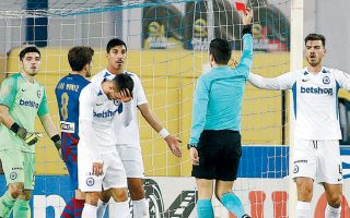 Ο Βόλος πήρε τη νίκη με 2-0 στο Περιστέρι, όμως η πρόκριση πήγε στον Ατρόμητο, σε ένα ματς με τρεις κόκκινες κάρτες.