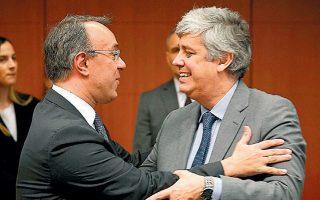 Ο υπ. Οικονομικών Χρήστος Σταϊκούρας συνομιλεί με τον Πορτογάλο πρόεδρο του Eurogroup Μάριο Σεντένο.