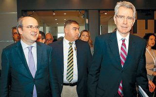 Ο υπουργός Ενέργειας Κωστής Χατζηδάκης και ο πρέσβης των ΗΠΑ Τζέφρεϊ Πάιατ στο συνέδριο Athens Energy Dialogues. Ο κ. Πάιατ χαρακτήρισε τον EastMed ένα μακρόπνοο εγχείρημα, προσαρμοσμένο πλήρως στην ενεργειακή στρατηγική των ΗΠΑ στην Ανατ. Μεσόγειο. Μέσα στους επόμενους μήνες θα προωθηθεί για κύρωση στη Βουλή η διακυβερνητική συμφωνία που υπέγραψαν Ελλάδα, Κύπρος και Ισραήλ για τον ΕastMed, ανέφερε ο κ. Χατζηδάκης.