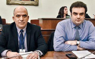 Ο υπουργός Ψηφιακής Διακυβέρνησης Κυριάκος Πιερρακάκης (δεξιά) και ο νέος αντιπρόεδρος της ΕΕΤΤ, Δημήτρης Βαρουτάς (αριστερά), κατά την ακρόασή του στην Επιτροπή Θεσμών και Διαφάνειας της Βουλής, όπου τόνισε πως πρέπει να προφυλαχθεί ο καταναλωτής απέναντι σε αυτή την πληθώρα πακέτων, που πιθανόν να δημιουργούν μια θολή εικόνα για τις παρεχόμενες υπηρεσίες.