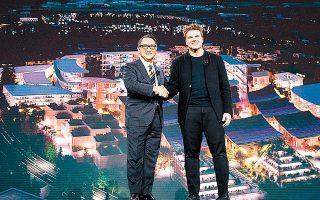 O πρόεδρος και CEO της Toyota Ακιο Τογιόντα (αριστερά) και ο Δανός αρχιτέκτων Μπιάρκε Ινγκελς παρουσίασαν στην έκθεση CES στο Λας Βέγκας την Πόλη Πλέγμα, η οποία θα κατασκευαστεί κοντά στο όρος Φούτζι.