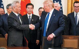 Στη συμφωνία «πρώτης φάσης», που υπέγραψαν χθες στην Ουάσιγκτον ο Ντόναλντ Τραμπ και ο αντιπρόεδρος της κινεζικής κυβέρνησης, Λιου Χε, προβλέπεται μεταξύ άλλων πως οι ΗΠΑ θα μειώσουν κατά το ήμισυ, δηλαδή στο 7,5%, τους δασμούς σε  κινεζικά προϊόντα αξίας 120 δισ. δολαρίων.