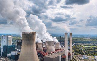 Για την αποζημίωση των περιοχών που παράγουν το ρυπογόνο ορυκτό καύσιμο, το Βερολίνο δεσμεύεται να διαθέσει 40 δισ. ευρώ και άλλα 4,35 δισ. ευρώ για την οικονομική στήριξη εταιρειών κοινής ωφελείας, όπως η ενεργειακή RWE, αφού θα αναγκαστούν να κλείσουν εσπευσμένα μονάδες παραγωγής ενέργειας.