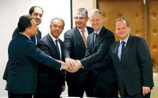 Στο στιγμιότυπο από την υπογραφή των συμβάσεων διακρίνονται (εξ αριστερών) οι κ. Αδωνης Γεωργιάδης υπουργός Ανάπτυξης και Επενδύσεων, Γιάννης Κεφαλογιάννης υφυπουργός Υποδομών και Μεταφορών, Χρήστος Σταϊκούρας υπουργός Οικονομικών, Γιάννης Τσακίρης υφυπουργός Ανάπτυξης και Επενδύσεων, Αντριου Μακντάουελ, αντιπρόεδρος της ΕΤΕπ και Κώστας Καραμανλής υπουργός Υποδομών και Μεταφορών.