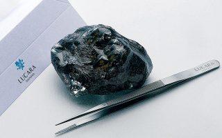 Το άκοπο διαμάντι των 1.758 καρατίων Sewelo, που στα ελληνικά σημείνει «σπάνιο εύρημα», εξορύχθηκε πέρυσι στη Νότιο Αφρική. Η εκ πρώτης όψεως μαύρη πέτρα είναι το δεύτερο μεγαλύτερο διαμάντι που έχει βρεθεί τον τελευταίο αιώνα.