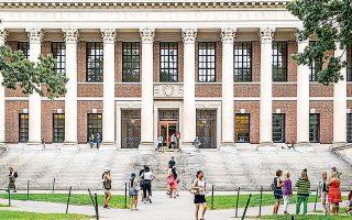 Στην Κίνα, την τελευταία δεκαετία, ο αριθμός των αποφοίτων πανεπιστημίων, συμπεριλαμβανομένων όσων έχουν μεταπτυχιακούς τίτλους, που δραστηριοποιούνται στην έρευνα και την ανάπτυξη έχει αυξηθεί στα 4 εκατ. άτομα. Πρόκειται για αύξηση δεκαπλάσια της αντίστοιχης στις ΗΠΑ.