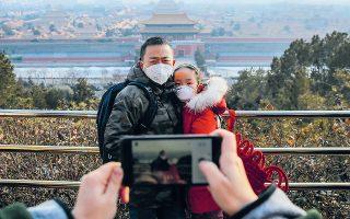 Αναμνηστική φωτογραφία στο Πεκίνο, στους καιρούς της επιδημίας ιογενούς πνευμονίας. Μάσκες στα πρόσωπα και φόντο η Απαγορευμένη Πόλη που έκλεισε, προκειμένου να αναχαιτιστεί η εξάπλωση της νόσου.