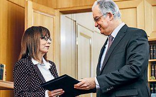 Ο πρόεδρος της Βουλής Κωνσταντίνος Τασούλας ενώ ανακοινώνει στη νέα Πρόεδρο της Δημοκρατίας Αικατερίνη Σακελλαροπούλου το αποτέλεσμα της ψηφοφορίας στο Κοινοβούλιο για την εκλογή της.