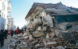 Χθεσινή φωτογραφία από την πληγείσα περιοχή του Ελαζίγ όπου τα σωστικά συνεργεία έδιναν μάχη με το χρόνο για ανεύρεση επιζώντων από τα συντρίμμια.