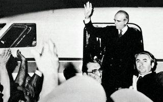 24 Ιουλίου 1974, ώρα 2.05. Ο Κωνσταντίνος Καραμανλής φτάνει στο αεροδρόμιο του Ελληνικού.