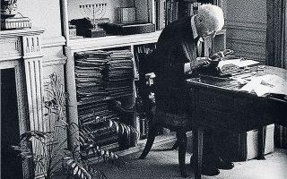 Ο Ισαάκ Μπάσεβις Σίνγκερ (1902-1991) υπήρξε ένας από τους σπουδαιότερους συγγραφείς του περασμένου αιώνα. Γεννημένος και μεγαλωμένος στην Πολωνία, εγκατέλειψε τη χώρα προτού την καταλάβουν οι ναζί.