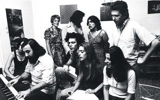 Πρόβα για την «Καντάτα για τη Μακρόνησο» (1976) με τους Αφρ. Μάνου, Μ. Κανελλοπούλου, Γ. Κιμούλη, Σ. Μπουλά, Σ. Σπυράτου, Π. Σκουρολιάκο, Μ. Πάσαρη.