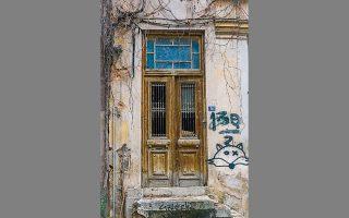 Η εξώθυρα στο εγκαταλελειμμένο διώροφο σπίτι της οδού Δαφνομήλη 34, στον Λυκαβηττό.