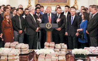 Ετοιμα γεύματα, πίτσες, μπέργκερ, τηγανητές πατάτες, τρόφιμα θερμιδογόνα, πλούσια σε κορεσμένα λιπαρά και αλάτι. O Nτόναλντ Τραμπ τα ξαναβάζει στα σχολεία, ανατρέποντας την προσπάθεια της Μισέλ Ομπάμα για μια πιο υγιεινή διατροφή των παιδιών στις ΗΠΑ.
