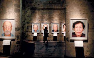 Εκθεση με πορτρέτα επιζώντων του Ολοκαυτώματος εγκαινιάστηκε την προηγούμενη εβδομάδα στο Εσεν της Γερμανίας. Αυτοί ήταν οι τυχεροί. Εγκλήματα σαν αυτό του Ολοκαυτώματος γίνονται με τη συνένοχη σιωπή πολλών. Το φθινόπωρο του 1943, μοιράστηκαν από τις ναζιστικές αρχές κατοχής στον γερμανόφωνο πληθυσμό γύρω από το Αουσβιτς σαράντα χιλιάδες ζευγάρια παιδικά παπούτσια. Κανείς δεν μίλησε...