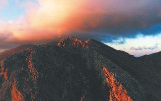 Το σύννεφο στο βουνό «Θα 'θελα/ λέει/ ν' αφήσω στον καθένα σας αυτό το βλέμμα του ήρεμου θαυμασμού μπροστά στο λιόγερμα. Θα 'θελα ακόμη/ να σας αφήσω το περίλυπο άκουσμα της έρημης φωνής του ιχθυοπώλη στα πρωινά του Ιουλίου/ και το βόμβο της μέλισσας μέσα σ' ένα τριαντάφυλλο/ ή το άηχο «αχ» μιας λευκής πεταλούδας πλάι στο μωβ λουλούδι».
