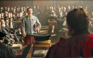 Στο φιλμ του Πολάνσκι, ο καινούργιος διοικητής της μονάδας αντικατασκοπείας, συνταγματάρχης Πικάρ (στη φωτ., ο Ζαν Ντιζαρντέν), ανακαλύπτει πως οι πληροφορίες προς τους Γερμανούς συνεχίζουν να διαρρέουν, γεγονός που τον πείθει πως ο φυλακισμένος Ντρεϊφούς είναι στην πραγματικότητα αθώος.