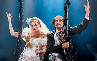Εκτός από την εξαιρετική επίδοσή της στη σκηνοθεσία, η Σμαράγδα Καρύδη δίνει την καλύτερη θεατρική ερμηνεία της στον ρόλο της χειριστικής και κυνικής Ανθούσας. Δίπλα της, ο Νίκος Κουρής υποδύεται έξοχα τον Κουτρούλη.