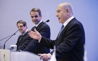 (Ξένη δημοσίευση) Ο πρωθυπουργός Κυριάκος Μητσοτάκης (Κ) με τον Πρόεδρο της Κύπρου Νίκο Αναστασιάδη (Α) και τον πρωθυπουργό του Ισραήλ Μπενιαμίν Νετανιάχου (Benjamin Netanyahu) (Δ), σε κοινές δηλώσεις μετά την υπογραφή της συμφωνίας για τον αγωγό φυσικού αερίου EastMed στο Ζάππειο Μέγαρο, Πέμπτη 02 Ιανουαρίου 2020. Παρουσία του Προέδρου της Κύπρου Νίκου Αναστασιάδη και των πρωθυπουργών της Ελλάδας και του Ισραήλ Κυριάκου Μητσοτάκη και Μπενιαμίν Νετανιάχου (Benjamin Netanyahu), υπογράφεται η Διακρατική Συμφωνία για τον αγωγό φυσικού αερίου EastMed, που θα συνδέει τις τρεις χώρες. ΑΠΕ-ΜΠΕ/ΓΡΑΦΕΙΟ ΤΥΠΟΥ ΠΡΩΘΥΠΟΥΡΓΟΥ/ΔΗΜΗΤΡΗΣ ΠΑΠΑΜΗΤΣΟΣ