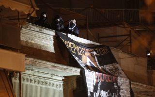 Καταληψίες στην ταράτσα της οδού Ματρόζου 45 στο Κουκάκι, κατά τη διάρκεια επιχείρησης της αστυνομίας το Σάββατο 11 Ιανουαρίου 2020.