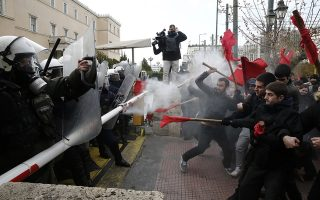 Επεισόδια ανάμεσα σε άνδρες των ΜΑΤ και εκπαιδευτικών και φοιτητών μπροστά από τη Βουλή κατά τη διάρκεια πορείας που πραγματοποιούν, διαμαρτυρόμενοι για νομοσχέδιο που προωθεί το υπουργείο Παιδείας, την Τρίτη 21 Ιανουαρίου 2020.  Οι εκπαιδευτικές ομοσπονδίες ΔΟΕ, ΟΛΜΕ και ΟΙΕΛΕ, συγκεντρώθηκαν στα Προπύλαια και πραγματοποίησαν πορεία προς τη Βουλή, εκφράζοντας την κατηγορηματική αντίθεσή τους στην εξίσωση των πανεπιστημιακών πτυχίων με τους τίτλους των κολεγίων. ΑΠΕ-ΜΠΕ/ΑΠΕ-ΜΠΕ/ΑΛΕΞΑΝΔΡΟΣ ΒΛΑΧΟΣ
