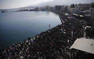 Εναέρια λήψη του κόσμου που συμμετέχει στη συγκέντρωση διαμαρτυρίας για το μεταναστευτικό, στο χώρο της προκυμαίας έξω από το Δημοτικό Θέατρο της Μυτιλήνης, την Τετάρτη 22 Ιανουαρίου 2020. Γενική απεργία, με καθολική συμμετοχή όπως όλα δείχνουν, σήμερα στα νησιά του βορείου Αιγαίου που πλήττονται από τις επιπτώσεις της μεταναστευτικής και προσφυγικής κρίσης. Κάθε δραστηριότητα έχει νεκρώσει, κλειστά είναι έως και τα περίπτερα, ενώ νωρίς το πρωί «σφραγίστηκε» το κτίριο της ΔΟΥ Μυτιλήνης. Οι κεντρικές συγκεντρώσεις, οργανωμένες από την Περιφέρεια βορείου Αιγαίου και τους οργανισμούς τοπικής αυτοδιοίκησης πραγματοποιήθηκαν, στη Μυτιλήνη στο χώρο της προκυμαίας έξω από το Δημοτικό Θέατρο της πόλης, στη Χίο στην πλατεία Πλαστήρα και στη Σάμο στην πλατεία Πυθαγόρα. Με αποφάσεις των ΟΤΑ και των σωματείων και των άλλων φορέων που συμμετέχουν απορρίπτεται το κυβερνητικό σχέδιο για τη δημιουργία νέων δομών στα νησιά, ζητείται ο άμεσος απεγκλωβισμός των αιτούντων άσυλο, ο έλεγχος των μη Κυβερνητικών Οργανώσεων που δραστηριοποιούνται στα νησιά, η φύλαξη των συνόρων και η ενίσχυση των το