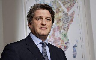 Η πρόταση της Duet,  συμφερόντων του  τραπεζίτη Henry Gabay (φωτογραφία), προβλέπει την ανακεφαλαιοποίηση της Praxia με ποσό της τάξης των 25 εκατομμυρίων το πρώτο έτος και άλλων 50 εκατομμυρίων το δεύτερο έτος με απώτερο μεσοπρόθεσμο στόχο να φθάσει στα 100 εκατομμύρια.
