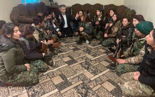 Με καλάσνικοφ στα χέρια, Κούρδισσες στρατιωτίνες συνομιλούν με τον Μπερνάρ-Ανρί Λεβί, στη Ροτζάβα – το συριακό Κουρδιστάν.