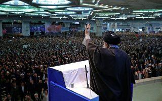 Στην προσευχή της περασμένης Παρασκευής έδωσε το «παρών», για πρώτη φορά από το 2012, ο ανώτατος θρησκευτικός και πολιτικός ηγέτης του Ιράν, αγιατολάχ Αλί Χαμενεΐ. Συμμετείχαν χιλιάδες πιστοί, πολλοί εκ των οποίων είχαν μεταφερθεί με λεωφορεία από άλλες περιοχές. EPA/IRAN'S SUPREME LEADER OFFICE