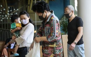 epa08157550 Guests wear masks at the Shangri-La's Rasa Sentosa Resort and Spa, after a guest was diagnosed with the Wuhan virus the previous day, in Singapore, 24 January 2020. Singapore confirmed on 23 January the first case of the Wuhan coronavirus, detected in a Chinese national from Wuhan who arrived in Singapore on 20 January 2020. The country is also probing three new suspected cases. The outbreak of coronavirus has so far claimed 25 lives and infected more than 800 others, according to media reports. The virus has so far spread to the USA, Thailand, South Korea, Japan, Singapore and Taiwan.  EPA/WALLACE WOON