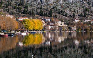 Η Καστοριά αντικατοπτρίζει  την ομορφιά της στο νερό. (Φωτογραφία: ΚΛΑΙΡΗ ΜΟΥΣΤΑΦΕΛΛΟΥ)