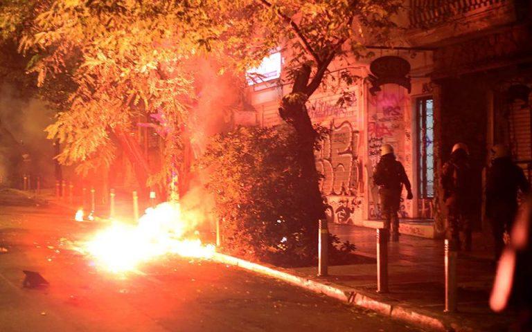 Επεισόδια με μολότοφ κατά αστυνομικών έξω από τη Νομική τα ξημερώματα